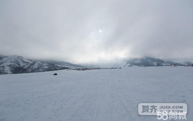 五棵松滑雪场位于乌鲁木齐县南山水西沟镇羊圈沟