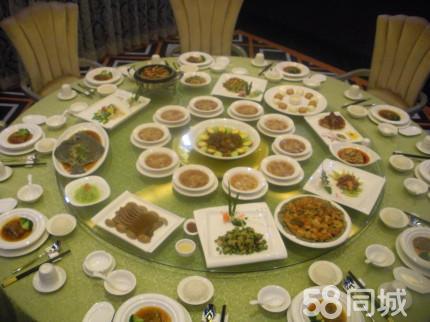 虫草蒸三黄鸡+xo酱爆爽肉+香辣羊羔肉+田园时蔬+鸳鸯馒头+米饭+水果!