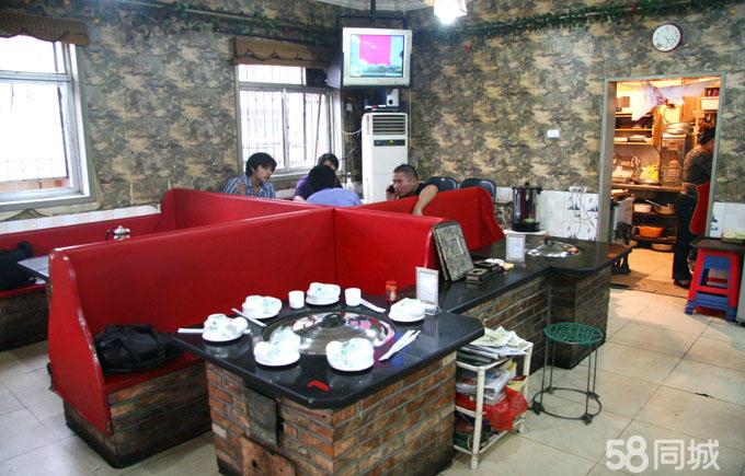 典型的东北灶台,土炕,与家人或是朋友围着灶锅吃饭