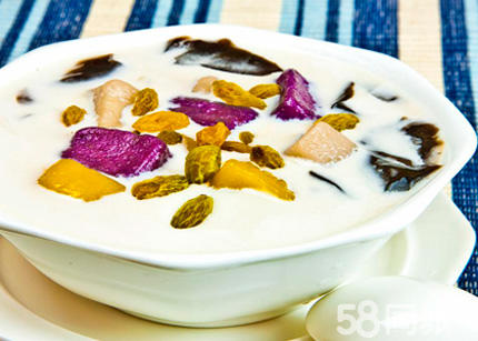 多芒小丸子,是用鲜芒果丁配以糯米圆子和西米,浇上芒果汁,中间还有一