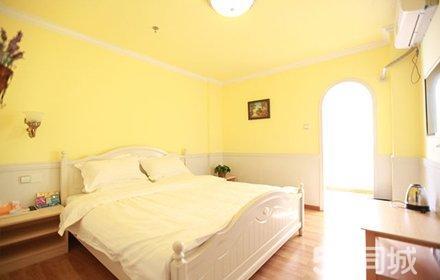 仅售99元,酒店门市价最高258元的罗马假日酒店入住1晚,免费wifi,浪漫大床/温馨情侣房2选1,带给您一个温馨的入住环境!