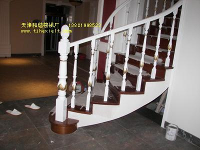 白色欧式木楼梯图片